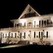 On-Page Images: [http://valleygreen.net/wp-content/uploads/2016/02/residential20.jpg alt text: White house, decorated by home Christmas light installers with Christmas Décor by Valley Green.
